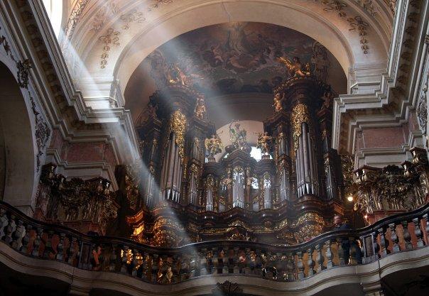 pohled na kůr s pýchou baziliky - největšími chrámovými varhanami v Praze